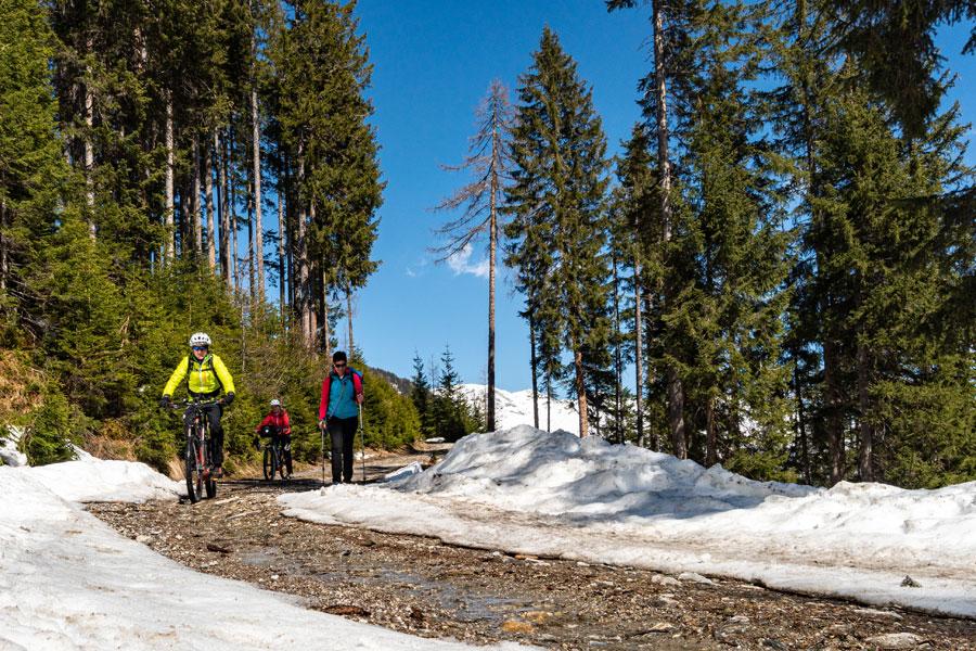 Biken und Wandern im Frühling in Tux