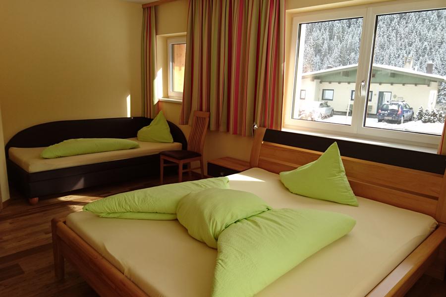 Schlafzimmer mit Schlafcouch für 3 Personen
